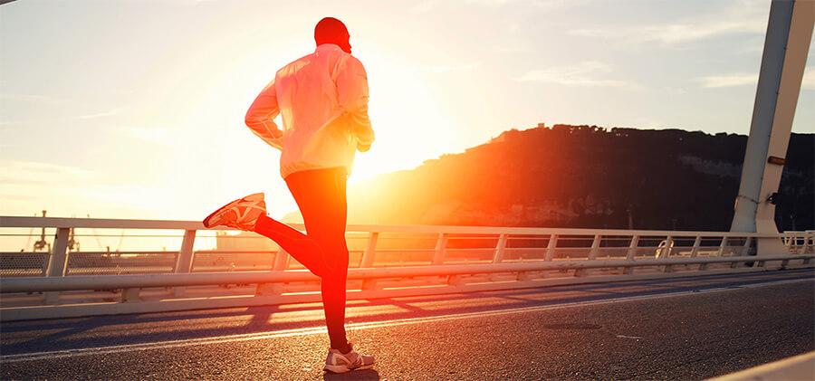 走っている人物のイメージ写真