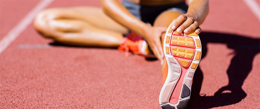 運動前の体操をしている人物のイメージ写真